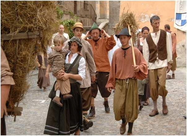 c4fe59fad4da6f5f969b1c61c29e2388--medieval-market-village-people